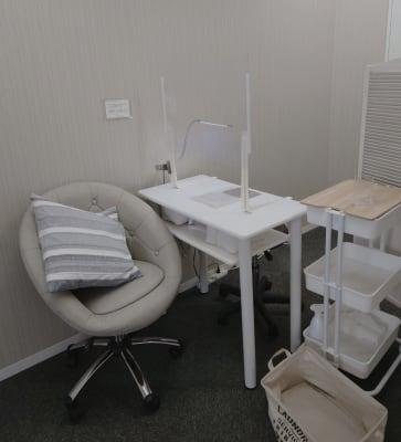 セミプライベートな空間。隣り合わせにならないお席の配置になっております - ネイル専用サロンCrystal ネイルテーブルDの室内の写真