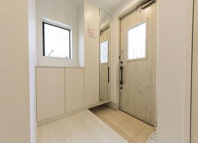玄関(シューズボックス、傘立、防犯カメラ) - 下高井戸Ⅲ 101号室の設備の写真