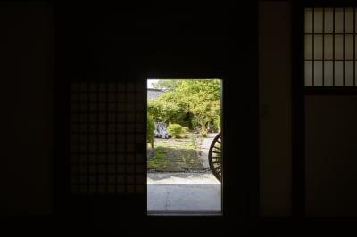 土間入口 - 甘糟屋敷 庭園付き日本建築の室内の写真