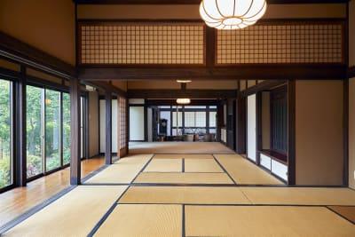襖を外して大広間 - 甘糟屋敷 庭園付き日本建築の室内の写真