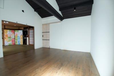 和室・洋室のどちらもご利用いただけるスペースです。白壁なので撮影にも最適! - Studio lamipass レンタルスタジオスペースの室内の写真