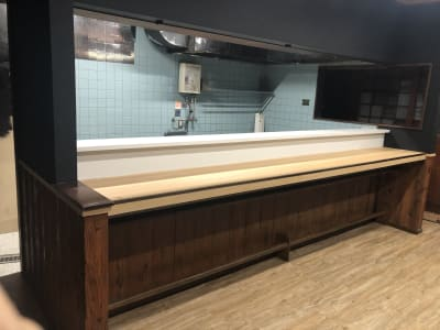 カウンターの向こうにはキッチンスペース - 【OKG森ノ宮ルーム】 キッチン付多目的スペースの室内の写真