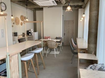 コワーキングスペース入口から カフェの様な環境でお仕事できます - PLAT295  コワーキングスペース -1の室内の写真