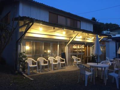 カフェ施設写真・入口野外テラスではBBQやキャンプの利用が可能。 - ライラックカフェ 多目的屋内・野外テラススペースの外観の写真