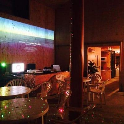 プロジェクタ利用時のスペース内は映像鑑賞やプレゼンテーション等可能 - ライラックカフェ 多目的屋内・野外テラススペースの外観の写真
