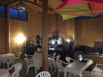 カフェスペース内写真椅子テーブル配置時収容25名ほど、立食形式50名ほど対応可能 - ライラックカフェ 多目的屋内・野外テラススペースの外観の写真