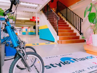 階段上がって2階に受付がございます。 - スタイルフレーバー小倉校 ダンススタジオ・レンタルスタジオの入口の写真