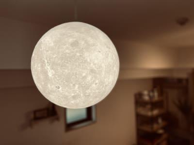 いつでも満月の月明かりをお楽しみ頂けます🌕 - 〈SMILE+〉 Moon梅田 レンタルスペース、パーティルームの室内の写真