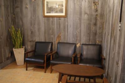 フロアー:ご飲食はフロアーまたはカウンターをご利用下さい。 - PSQ studio 1名〜少人数用の防音スタジオの室内の写真