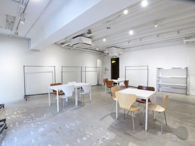 BPオーガニックスペース南船場 白を基調としたマルチスタジオの室内の写真