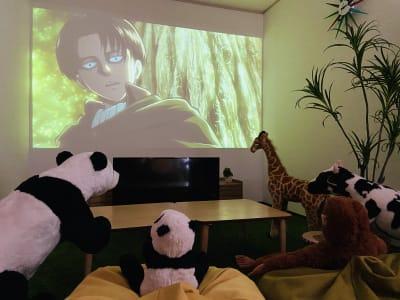 120インチの大画面で映画鑑賞など🎬 - SMILE+ずーしばランド天王寺 パーティスペースの室内の写真