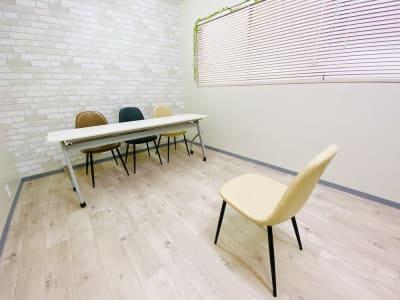 「面接スタイル」 ※テーブルは写真と異なります。 - 貸会議室 ナチュレ天王寺 会議、撮影、テレワークの室内の写真
