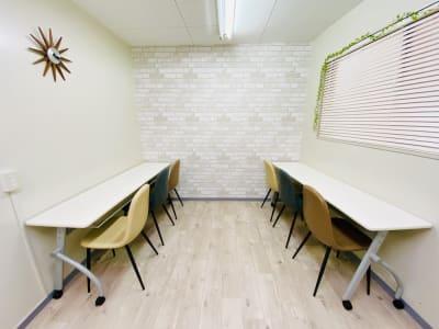 「勉強・自習スタイル」 ※テーブルは写真と異なります。 - 貸会議室 ナチュレ天王寺 会議、撮影、テレワークの室内の写真