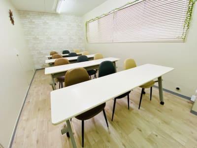 「教室スタイル」 最大15名様まで着席可能(パイプ椅子含む) ※テーブルは写真と異なります。 - 貸会議室 ナチュレ天王寺 会議、撮影、テレワークの室内の写真