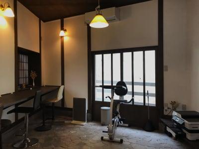 一人で集中して作業したい人のためのカウンター席。 - ThinkSpace鎌倉 囲炉裏の間・畳の間の室内の写真