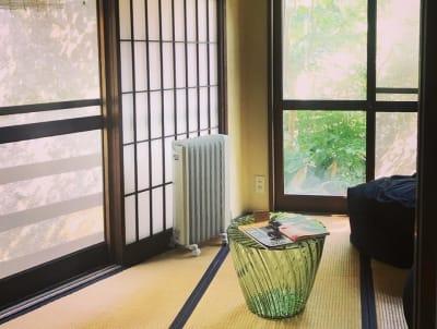 静かに読書をしたいとき、瞑想したいとき、静かに語り合いたいときにおすすめ。 - ThinkSpace鎌倉 囲炉裏の間・畳の間の室内の写真