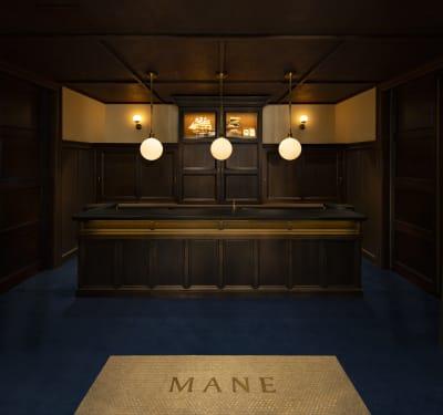 横浜開港当初の洋館風をイメージした店頭 - MANE(メイン) MANEホールの入口の写真