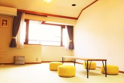 ローテーブルを置いたレイアウト ※複数の家具があるのでお好きなレイアウトでどうぞ - 祐天寺アトリエ2F 10畳B部屋 レンタルサロン・レッスンルームの室内の写真
