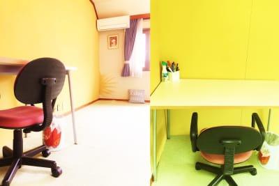 勉強しやすい高さのテーブルもあり。他に会議用3人掛けテーブルもあります - 祐天寺アトリエ2F 10畳B部屋 レンタルサロン・レッスンルームの室内の写真