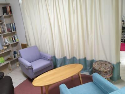 部屋を真ん中のカーテンで仕切る事ができます。狭い空間がいい時にも対応できます。 - 株式会社マインドソフト ああまんぷく堂の室内の写真