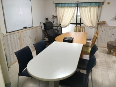 補助椅子をつかうと9人がテーブルミーティングできます。ホワイトボードもあります - 株式会社マインドソフト ああまんぷく堂の室内の写真