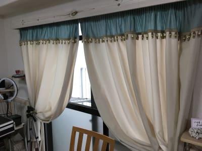 窓枠も白を基調とし部屋とカーテンとの調和をとっています。 - 株式会社マインドソフト ああまんぷく堂の室内の写真