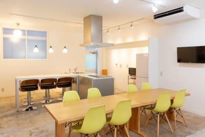 中央テーブルとキッチンスぺ―ス。 ※間隔をあけてご利用ください。 - コワーキングスペースLAMP スペース-Aの室内の写真