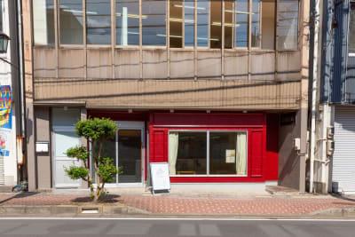 赤い壁が目印です。 - コワーキングスペースLAMP スペース-Aの入口の写真