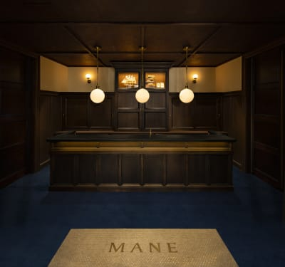 横浜開港当初の洋館風をイメージした店頭 - MANE(メイン) MANEダイニングの入口の写真
