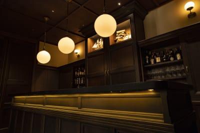 Barの雰囲気がその先に広がる絶景への興奮を増長します - MANE(メイン) MANEダイニングの入口の写真