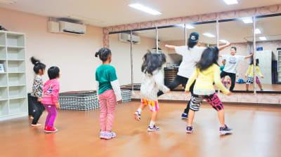 ダンス教室利用も大人気 - ビーラインスタジオ平野宮町 【TVで放映】ダンスやヨガに人気の室内の写真