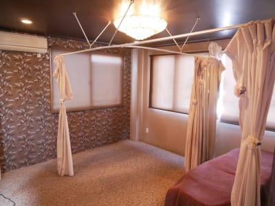 ロールカーテンやカーテンがありますので暗くすることもできます。 - レンタルサロン「リカーム」 サロンスペースの室内の写真