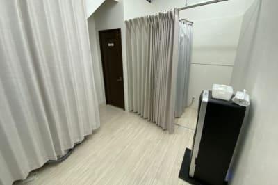 1Fの共用部分です。トイレ、更衣室、ウォーターサーバーがございます。 - レンタルサロン「リカーム」 サロンスペースの室内の写真