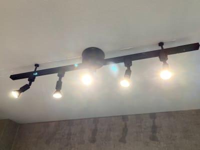 スポットライト式照明です。1ユニット5つの照明です。2ユニットあります。 - 池袋リラックススタジオ 撮影会や女子会に最適なスペースの室内の写真
