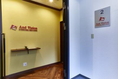 アンドビジョン株式会社 グランドピアノ付き楽器可ホールの入口の写真