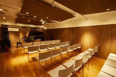 アンドビジョン株式会社 グランドピアノ付き楽器可ホールの室内の写真