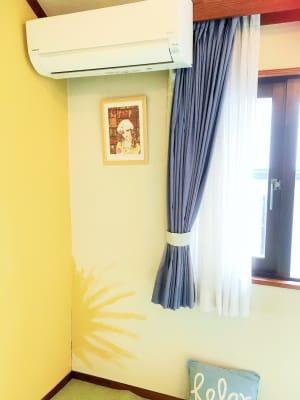 黄色い壁が明るい印象を盛り上げます - 祐天寺アトリエ2F 10畳B部屋 レンタルサロン・レッスンルームの室内の写真