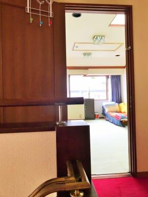 階段から見たショット。ソファを置いたレイアウトは女子会や飲み会にgood! - 祐天寺アトリエ2F 10畳B部屋 レンタルサロン・レッスンルームの室内の写真