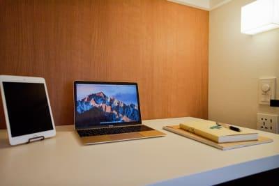 個室タイプ。高速WiFiでzoom会議やお仕事に集中できる最新型ワークスペース。 - Feel Osaka Yu 【超高速WiFi】快適お仕事部屋の室内の写真