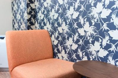 ゆったりコーヒーを飲んで落ち着けるソファスペース。 - Feel Osaka Yu 【超高速WiFi】快適お仕事部屋の室内の写真