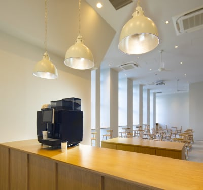 店舗内のカウンターをレクチャー台にしてワークショップも可能 - haishopcafe カフェスペースの室内の写真
