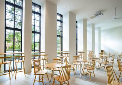 窓側のカウンター席には全てにコンセント用意 - haishopcafe カフェスペースの室内の写真