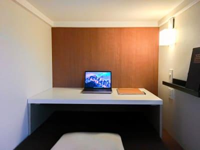 個室タイプ。高速WiFiでzoom会議やお仕事に集中できる最新型ワークスペース。 - Feel Osaka Yu 【高速WiFi】快適ワークルームの室内の写真