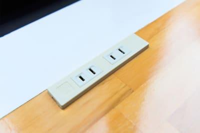 個室内以外にも、カウンタースペースでも電源があるので快適にお仕事ができます。 - Feel Osaka Yu 【高速WiFi】快適ワークルームの室内の写真