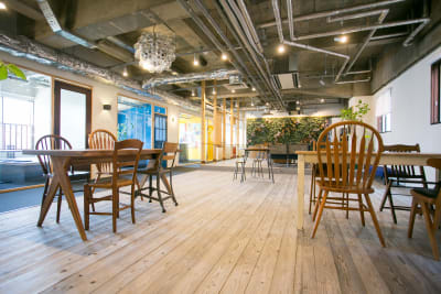 テーブル&椅子はご自由にご利用頂けます。 テーブル×6 椅子×24 (長机×2) - teniteo レンタルスペースの室内の写真