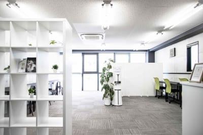 明るく開放的なスペースで仕事も捗ります! - コワーキングスペース Will 展示会場・フリーランス事業の室内の写真