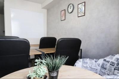 レイアウト変更でワークショップスタイル♪ホワイトボードとペンあります。 - LEON会議室 オトナかっこいい会議室の室内の写真