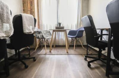 レイアウト変更で勉強部屋スタイル♪ - LEON会議室 オトナかっこいい会議室の室内の写真