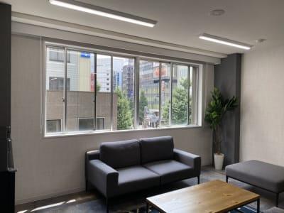 窓付・換気可能な会場です - TIME SHARING新宿 TIME SHARING新宿4Aの室内の写真