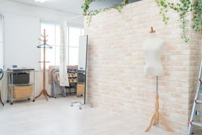 レンガ調の壁側は全身鏡などもあります。 - スタジオフェアリー 天満橋店 ガーデン スタジオの室内の写真